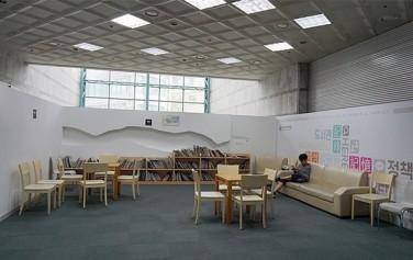 '성평등도서관 여기' 입구, 아이들을 위한 공간