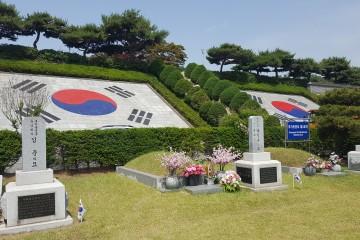 애국지사 묘역의 태극기