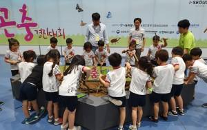 대한민국 애완곤충대회 중 장수풍뎅이 낚시 체험에 참여하고 있는 아이들