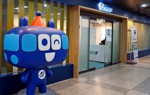 홍보관 입구에 서울교통공사 마스코트인 또타가 세워져 있다