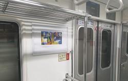 데이비드 호크니 작품을 지하철 광고면에서 만날 수 있다.