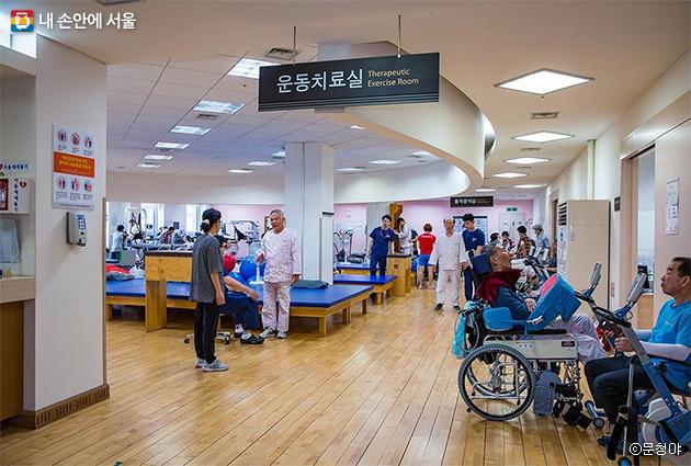 2층 운동치료실. 저렴한 비용으로 수준 높은 의료 서비스를 받을 수 있어 인기가 많다