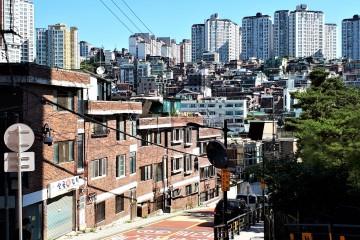 재개발 금호동과 멀리 고층아파트의 조화