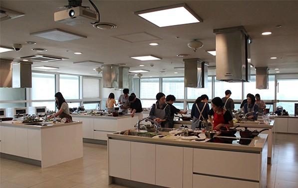 가락몰 쿠킹스튜디오 요리 프로그램에 참여하고 있는 시민들