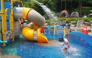 봉수대공원 물놀이장, 워터바스켓에서 쏟아지는 물폭포를 즐기고 있는 아이