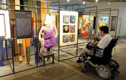 포럼 참가자가 전시 작품들을 감상하고 있다.