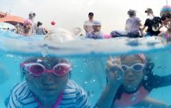 한강 야외수영장에서 물놀이를 즐기는 어린이들