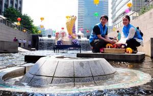 서울시설공단 직원들이 청계천 팔석담에서 모금 동전을 수거하고 있다. c newsis