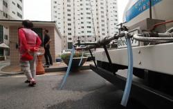 서울시는 노후 상수도관 138㎞를 조기 교체하기 위해 긴급추경예산 727억 원을 투입한다. 수돗물 식수사용 제한권고가 내려진 문래동 한 아파트 단지에 배치된 급수차