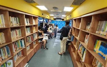 남녀노소 누구나 편하게 쉬면서 책을 읽을 수 있다