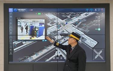 군자역에서 역 직원이 3D맵을 통해 대합실 CCTV 영상을 확인하고 있다