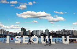 '귀'를 소재로 경청과 소통의 공간임을 표현한 시민청 BI, 서울시청 지하에 위치한 시민청은 '廳(관청 청)'이 아닌 '聽(들을 청)'을 쓴다.
