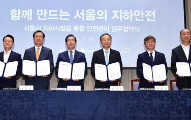 박원순 시장은 25일 서울시청 3층 대회의실에서 주요 지하시설물 관리기관과 업무협약을 체결했다.