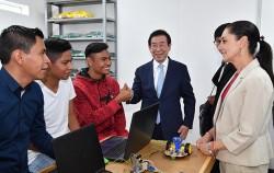 박원순 서울시장이 멕시코시티 사회혁신센터인 '필라레스(PILARES)' 방문, 청년들과 이야기를 나누고 있다