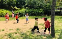 야외놀이를 즐기는 어린이들