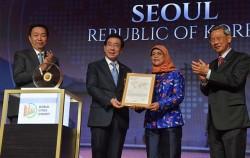 지난해 7월 싱가포르 리츠칼튼 호텔에서 개최된 리콴유 세계도시상 시상식에서 상을 받고 있는 박원순 서울시장