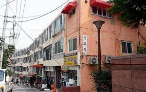 서울로 7017을 지나 서소문역사공원 가는 길, 우리나라 최초의 주상복합아파트 '성요셉아파트'를 만날 수 있다