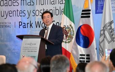 중남미를 순방 중인 박원순 시장이 8일 멕시코시티 건축가협회 강당에서 '사람 중심의 서울형 도시재생의 현재와 미래'를 주제로 강연을 하고 있다