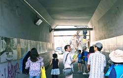 `홍대&망원 마을여행` 중 경의선책거리주변 골목투어에 참여한 시민들