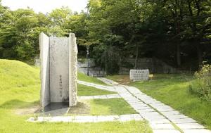 통감관저 터, '거꾸로 세운 동상' 뒤로 이곳에 통감관저가 있었음을 알리는 표지석이 보인다.