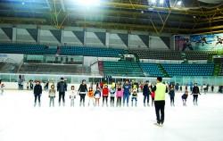 가족 스케이팅 교실에 참여한 사람들