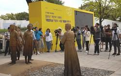 """""""내가 살아 있는 증거입니다.""""라며 오랜 침묵의 벽을 깼던 고 김학순 할머니가 소녀들을 바라보고 있다"""