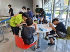 장영실 체험마당에서 어린학생들이 '간이정수기' 체험을 하고있다.