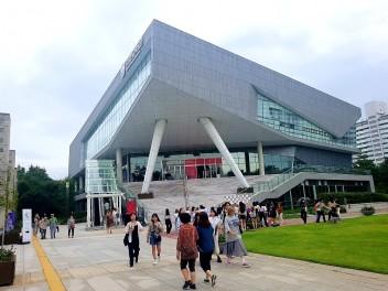 시민들과 호흡하는 패션쇼, 서울 365 패션쇼가 지난 9일 국립한글박물관에서 열렸다. 박물관 복도와 전시실이 런웨이가 되어 시민들 사이로 모델들이 지나가는 진풍경이 펼쳐졌다.