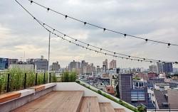 하늘 아래 탁 트인 공간 가로수길 골목 루프탑