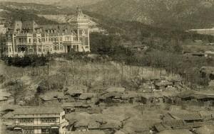 1920년대 서촌 일대 전경, 사진 왼편 산 능선에 있던 윤덕영의 별장 '벽수산장'
