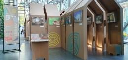 시청로비 1층의 공원사진사 합동전시회장 전경