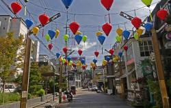 베트남등이 이국적인 거리 풍광을 자아낸다