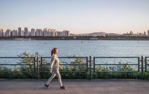 한강변을 걷고 있는 시민