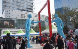 서울학생 메이커괴짜축제가 열리는 상암문화광장의 학생들 모습