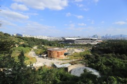 문화비축기지-매봉산자락길에서 바라본 전경. 가운데 탱크 T6커뮤니티센터이고 앞쪽 T1파빌리온 천정이 보인다.