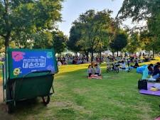 뚝섬한강공원 쓰레기 수거함에 붙여진 서울시 캠페인 로고