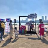 '한강 쓰레기는 내 손으로'캠페인에 참여하는 시민들의 모습