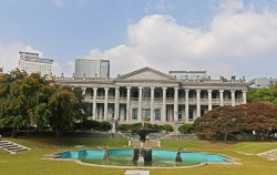 한국 최초의 근대식 건물인 덕수궁 석조전