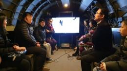 C-47비행기 안에서 패널 토크쇼가 진행되고 있다.