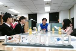 서울시민기자단과 인터뷰를 진행하는 김동경 서울시 도시브랜드 담당관