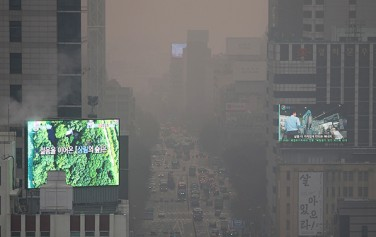올겨울 첫 미세먼지 비상저감조치가 내려진 10일 오전 서울 시내 일대가 먼지로 뿌옇게 뒤덮여있다