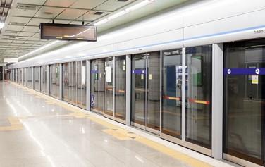 서울시가 일부 지하철 역 이름에 지역 명소를 병기하기로 결정했다.