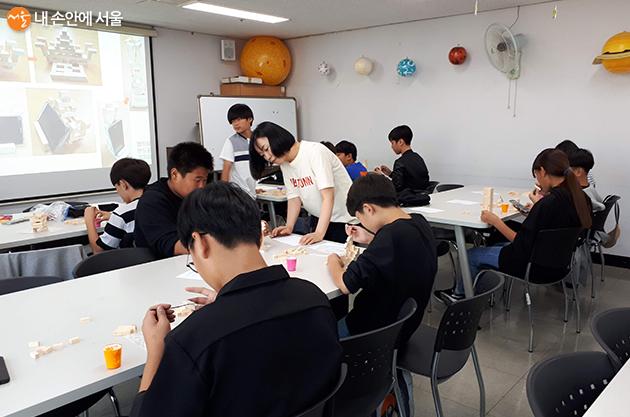 광진진로직업체험센터(해봄) 조향사 체험활동에 참여중인 아이들