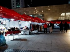 '서울라이트축제'와 같이 개최되고 있는 '서울라이트마켓' 부스 사진