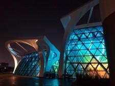서울식물원의 온실이 야간개장을 하는 동안 빛나고 있다.