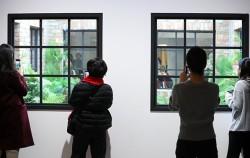 '레안드로 에를리치:그림자를 드리우고' 전시에서 관람객들이 작품명 '잃어버린 정원'을 살펴보고 있다