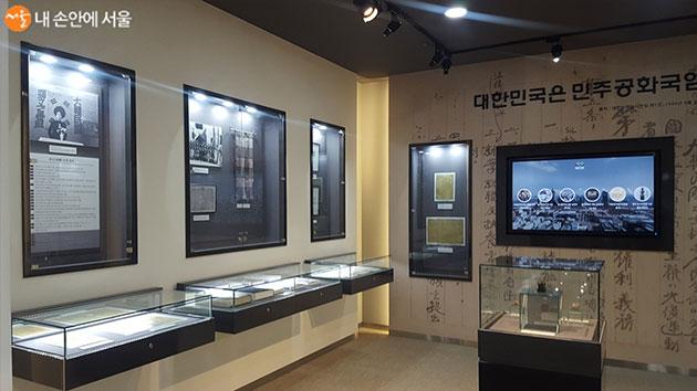 국회도서관 중앙홀의 대한민국 임시의정원 전시실 내부 모습