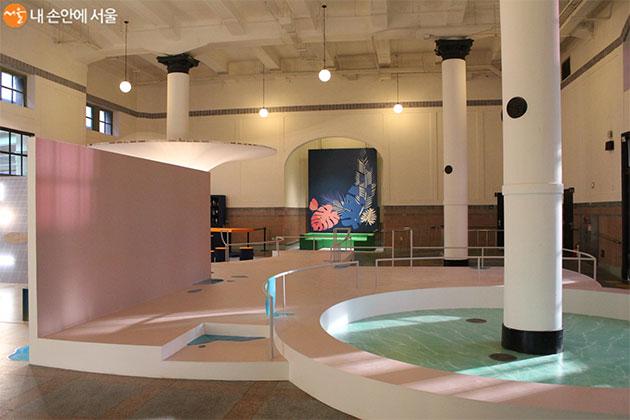 호텔의 스파와 수영장을 형상화 한 공간이 마련되어 있다