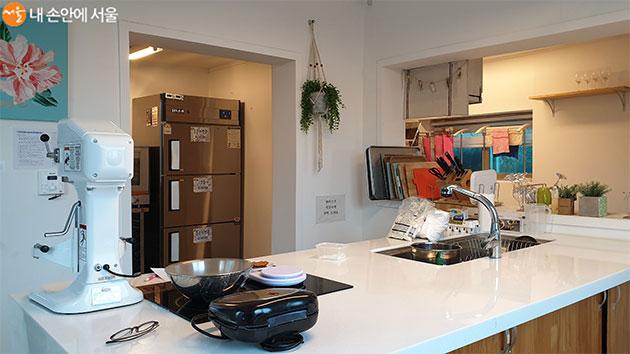 공유주방에는 베이킹 클래스와 요리 프로그램이 진행된다