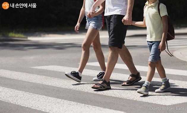 60km/h 차량이 사람과 부딪히면 보행자의 90%가 사망하지만, 50km/h로 낮추면 50%로 줄어든다